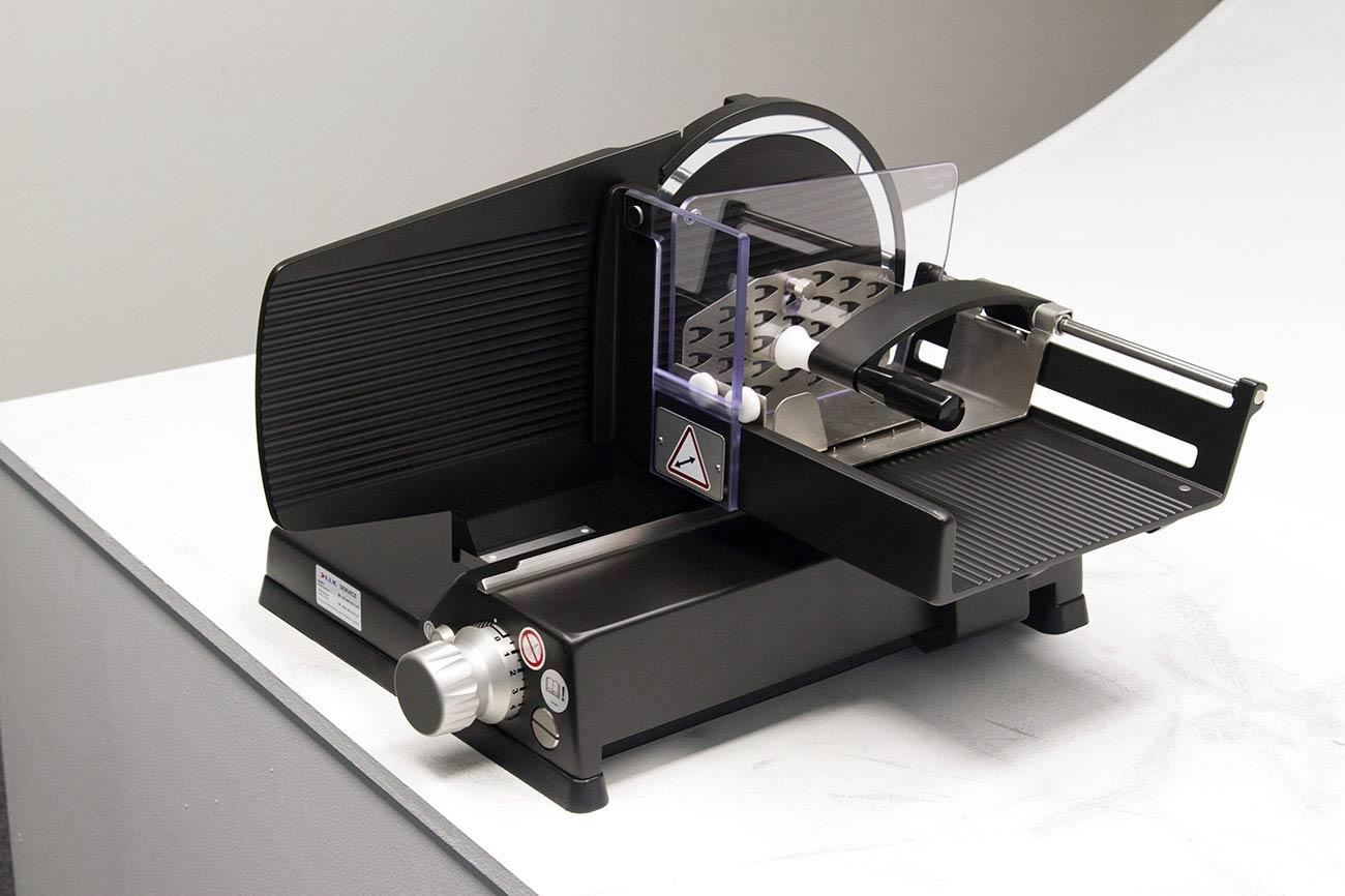 aufschnittmaschine-manuell-schwarz